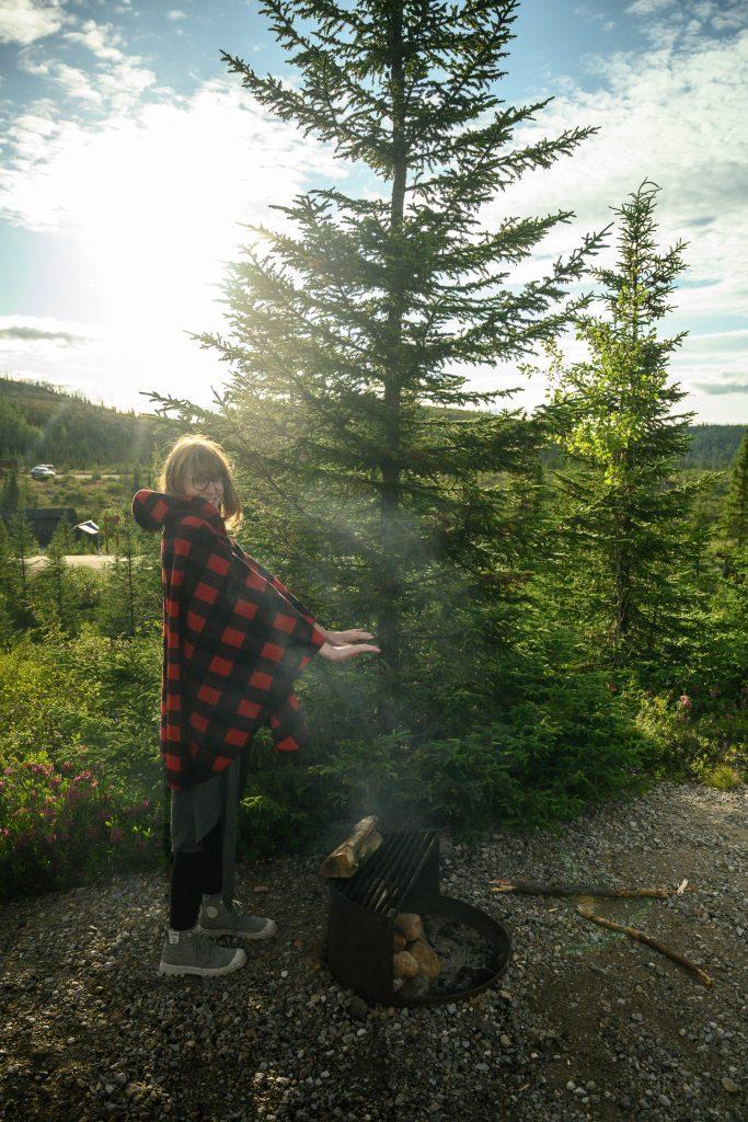 femme feu de camp