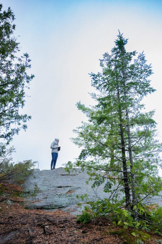 femme sur un rocher
